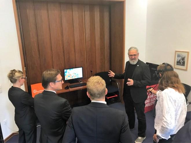 Vorstellung von Virtual Reality Anwendung bei Vortrag Virtuelle Realität in Unternehmenskommunikation Unternehmerschaft Düsseldorf