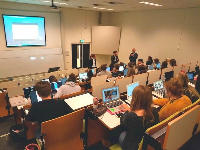 Frank Trimborn von anyMOTION beantwortet die Fragen der Studierenden im zugeschalteten Hörsaal anyMOTION übernimmt Dozentenstelle an der Fontys - Erster Workshop zum Thema Webseitenrelaunch