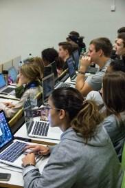 Aufmersame Studierende im zugeschalteten Hörsaal anyMOTION übernimmt Dozentenstelle an der Fontys - Erster Workshop zum Thema Webseitenrelaunch