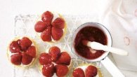Simple strawberry tarts with white chocolate