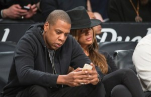 Jay-Z-and-his-wife-Beyonce-sit-courtside-during-the-Brooklyn-Nets-vs-the-Houston-Rockets-2015-620x400