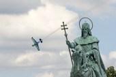 Budapest, 2017. július 2. A japán Joshihide Muroja repül Edge540 típusú gépével a Duna felett a Red Bull Air Race budapesti futamán a Master Class kategóriában 2017. július 2-án. MTI Fotó: Lakatos Péter