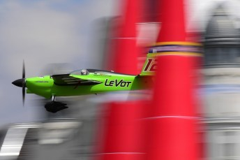 Budapest, 2017. július 2. Francois Le Vot francia pilóta Edge 540 típusú gépével repül a Duna felett a Red Bull Air Race budapesti futamán a Master Class kategória legjobb tizennégy versenyzõje küzdelmében 2017. július 2-án. MTI Fotó: Kovács Tamás