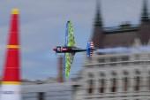 Budapest, 2017. július 2. Petr Kopfstein cseh pilóta Edge 540 típusú gépével repül a Duna felett a Red Bull Air Race budapesti futamán a Master Class kategória legjobb tizennégy versenyzõje küzdelmében 2017. július 2-án. MTI Fotó: Kovács Tamás