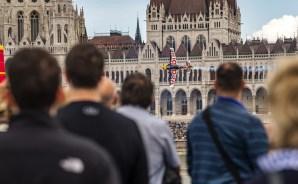 Budapest, 2018. június 24. A cseh Martin Sonka repül Edge 540 V3 típusú repülõgépével az Országház elõtt a legjobb 14 között a Red Bull Air Race Master Class kategóriájának versenyében Budapesten 2018. június 24-én. MTI Fotó: Szigetváry Zsolt