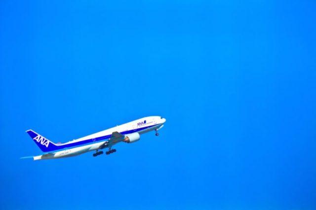 飛び立つANAの飛行機