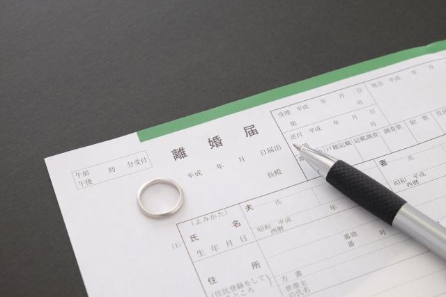 離婚届の書類と結婚指輪