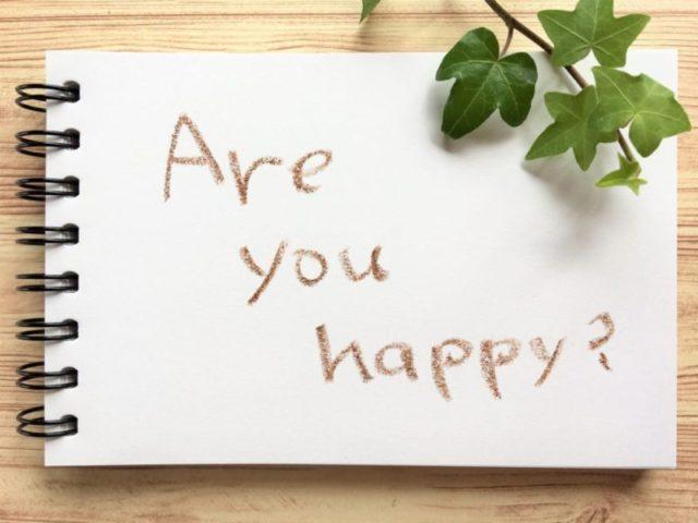 are you happy?と書かれたスケッチブック