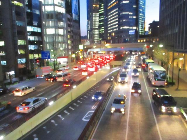 夜行バスが出発する幹線道路