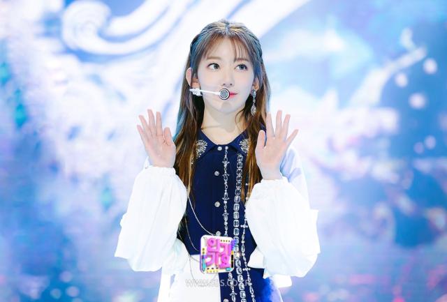 フルアルバムBLOOM IZで韓国でカムバックした紺のビジュー衣装を着たizone宮脇咲良