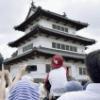 弘前城天守、持ち上げる 100年ぶり曳屋工事