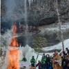 青森・西目屋・乳穂ケ滝で氷祭が行われた。