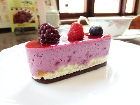 老舗洋菓子店がつくるあおもりスイーツ「カシスケーキ」