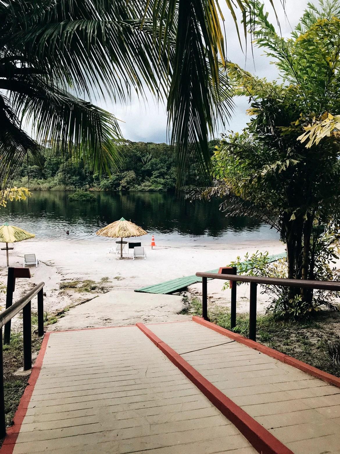 Praia do hotel de selva