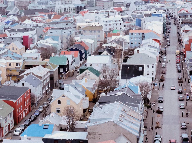 Reykjavik e suas casas de telhados coloridos