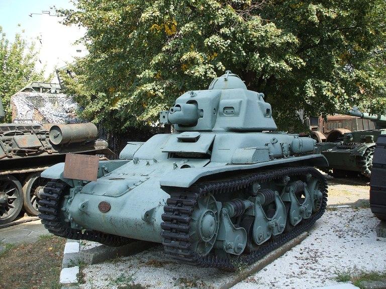 """Renault R35, tanc uşor intrat în dotare înaintea celui de-al Doilea Război Mondial; a fost modernizat ca """"vânător de care"""" cu un tun de 45mm, recuperat de la tancuri sovietice capturate. Foto: Mircea87/wikipedia"""