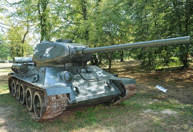 T-34/85, intrat în dotare din 1949, pentru înlocuirea tancurilor germane, cu un efectiv care a depăşit 1000 de vehicule; a trecut prin modernizări succesive, fiind retras din uz abia în 1994. Foto: claudiu_ne2000 / wikipedia