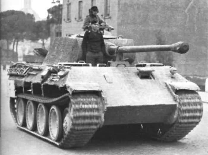 T5 Panther fusese răspunsul Germaniei la tancurile ruseşti T-34, dar în România a ajuns după război, din stocurile Armatei Roşii (capturat). A fost utilizat doar pentru scurt timp. Foto: www.worldwarphotos.info