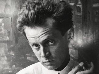 Egon Schiele, im Hintergrund das Gemälde Waldandacht