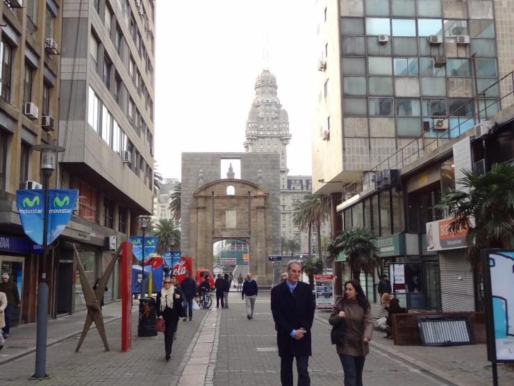 Rua Sarandí. Museo Torres García (na tesoura) e Porta da cidade ao fundo.