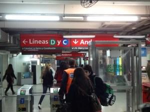 Metro (ou Subte) e linhas com cores e letras, super fácil.