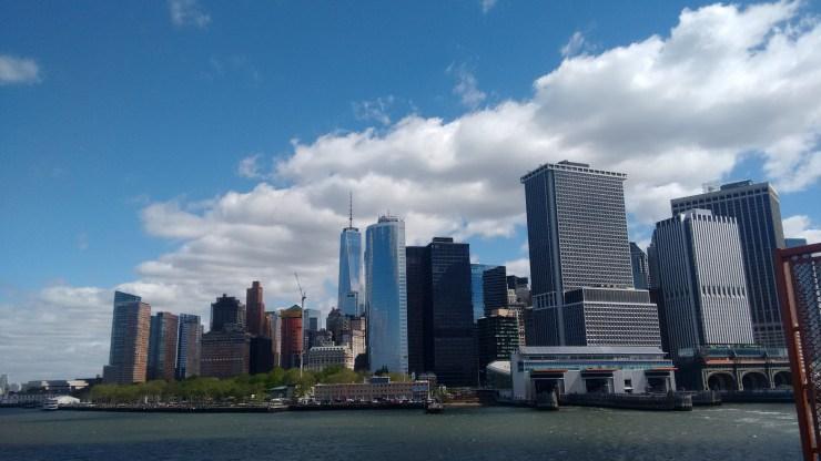 Pegue o ferry gratuito que liga Staten Island e Nova York. Veja a Estatua da liberdade e esta estonteante vista de Downtown!