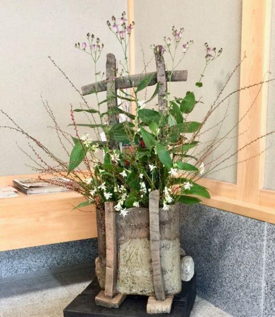 展示室のエントランスの花です