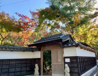 当館入口からの紅葉
