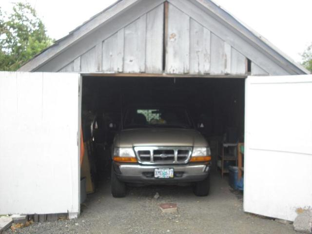 Garage featured at 824 Center St, Lakeview, OR 97630