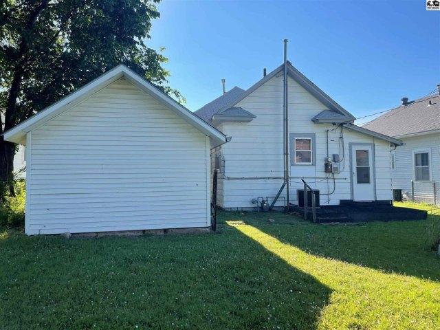 Yard featured at 115 S Taylor St, Pratt, KS 67124