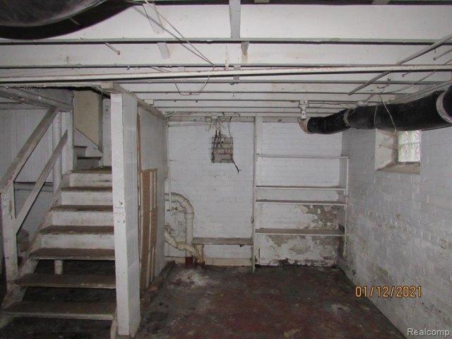 Garage featured at 17319 Runyon St, Detroit, MI 48234