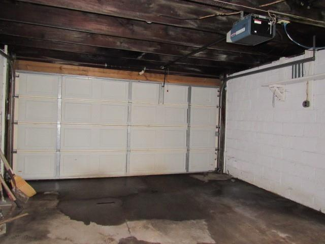 Garage featured at 525 Pine St, Johnstown, PA 15902