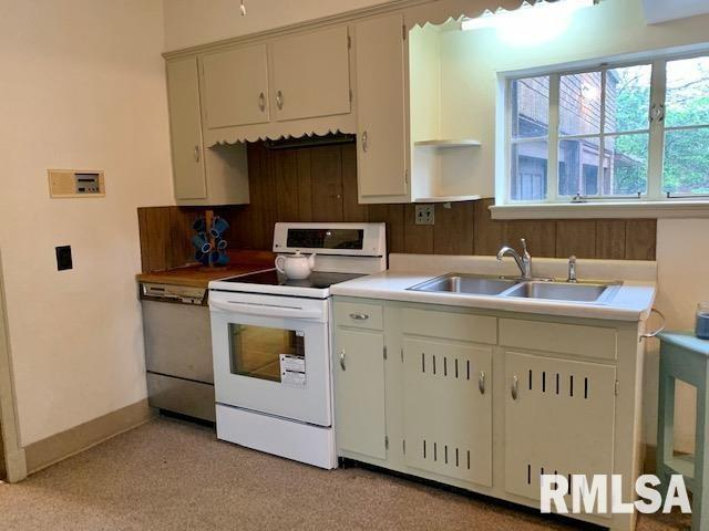 Laundry room featured at 1216 8th Ave S, Clinton, IA 52732