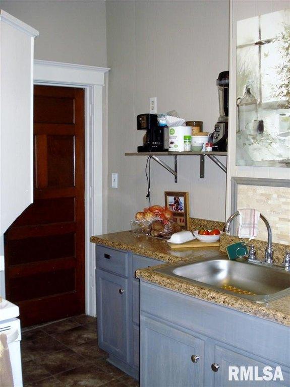 Kitchen featured at 982 N Cedar St, Galesburg, IL 61401