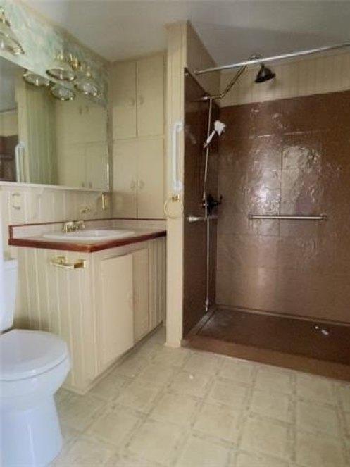 Bathroom featured at 407 W 11th St, Trenton, MO 64683