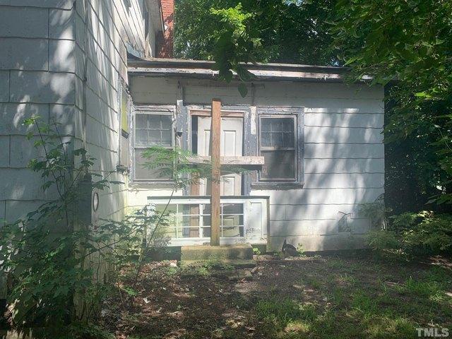Yard featured at 120 W Rockspring St, Henderson, NC 27536