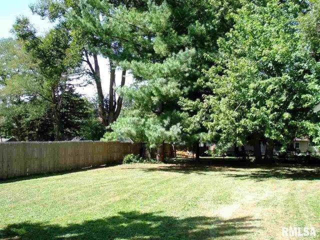 Yard featured at 982 N Cedar St, Galesburg, IL 61401