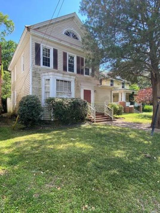 Yard featured at 735 Riverside Ave, Elizabeth City, NC 27909