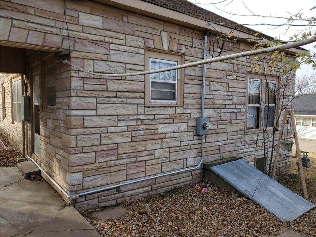 Porch yard featured at 404 Ash St, Pawnee, OK 74058