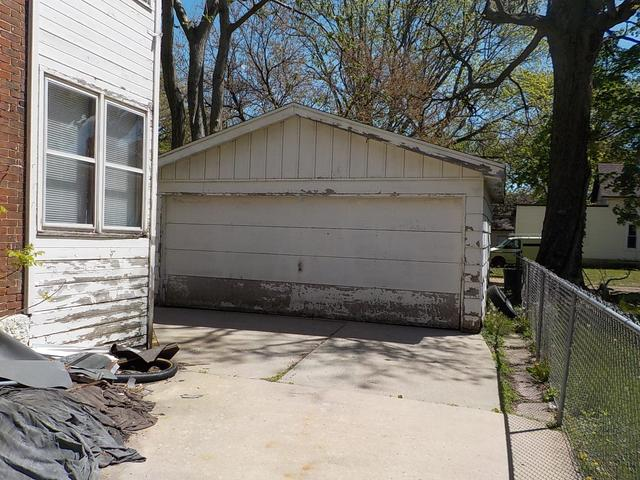 Garage featured at 424 S 4th St, Rockford, IL 61104