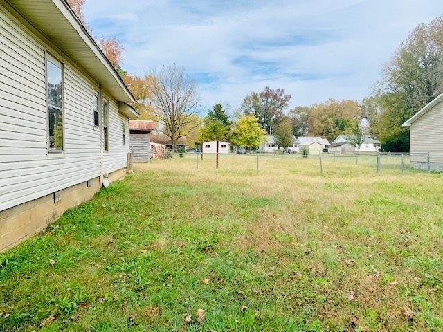 Yard featured at 120 Mabry Cir, Savannah, TN 38372