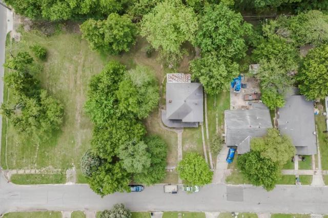 Yard featured at 2415 Columbus St, Muskogee, OK 74401