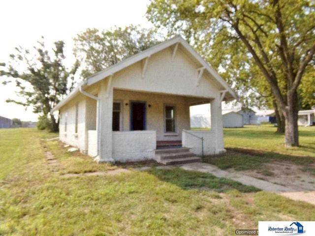 Porch yard featured at 721 S 9th St, Beatrice, NE 68310