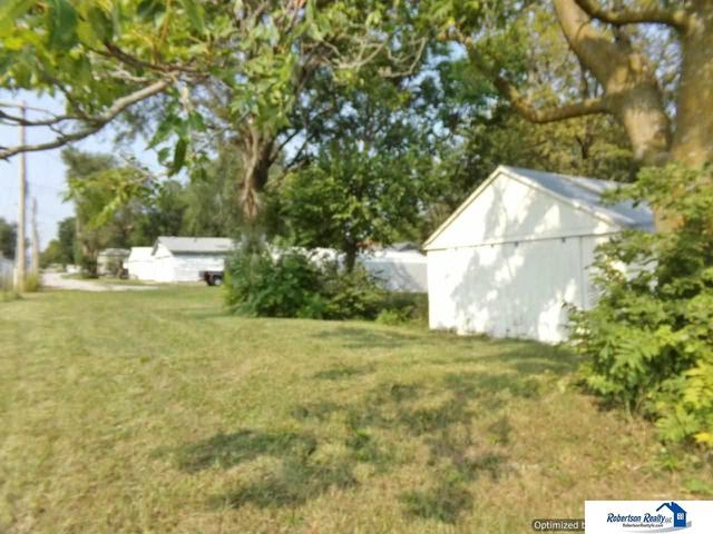 Yard featured at 721 S 9th St, Beatrice, NE 68310