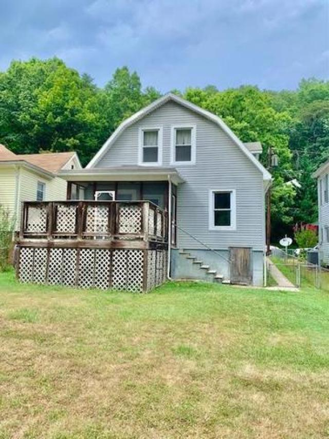 Yard featured at 629 Roxbury St, Clifton Forge, VA 24422