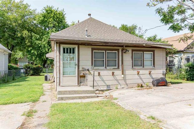 Porch yard featured at 314 S Broadway St, Herington, KS 67449