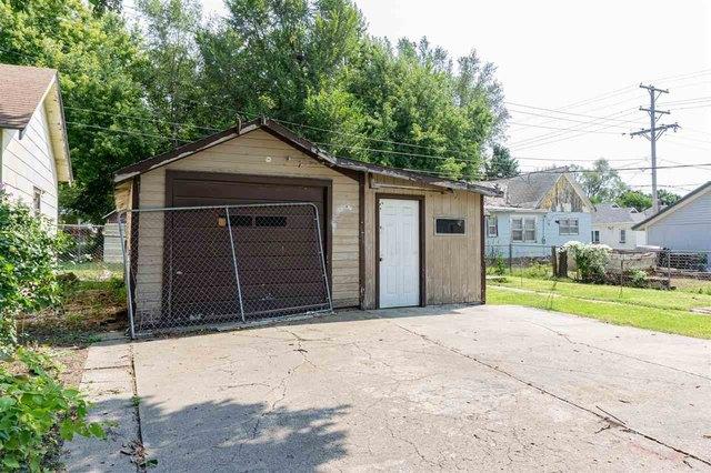 Garage featured at 314 S Broadway St, Herington, KS 67449