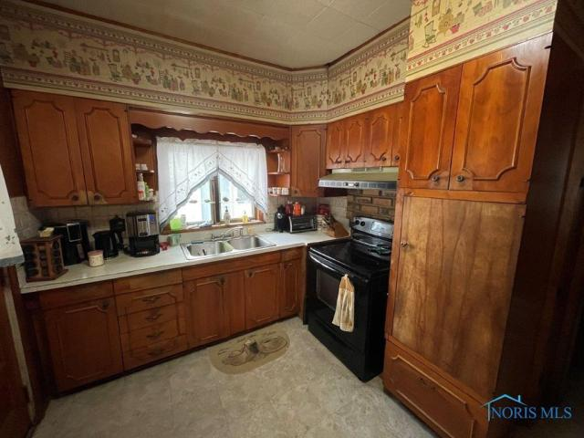 Kitchen featured at 510 Starr Ave, Toledo, OH 43605