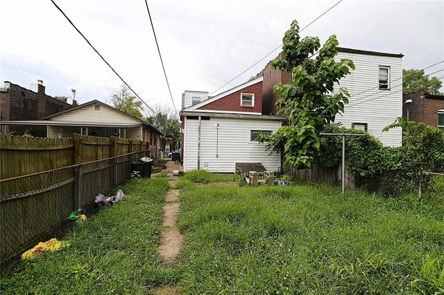 Yard featured at 7522 Vermont Ave, Saint Louis, MO 63111