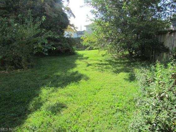 Yard featured at 639 Park Ave SW, Canton, OH 44706